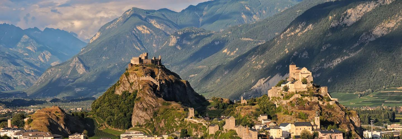 Vue sur les châteaux de Valère et de Tourbillon dominant Sion, en Suisse