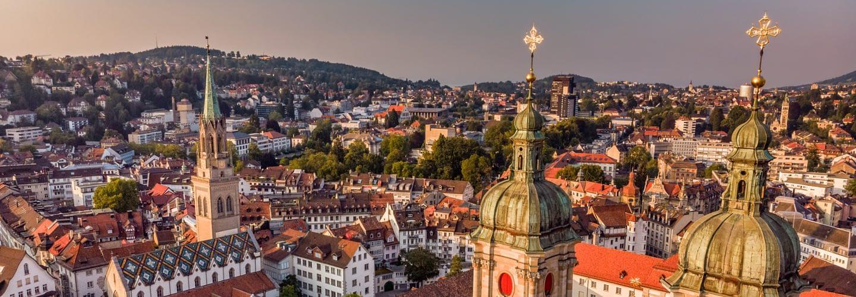 Luftaufnahme von St. Gallen mit der Stiftskirche von St. Gallen im Vordergrund